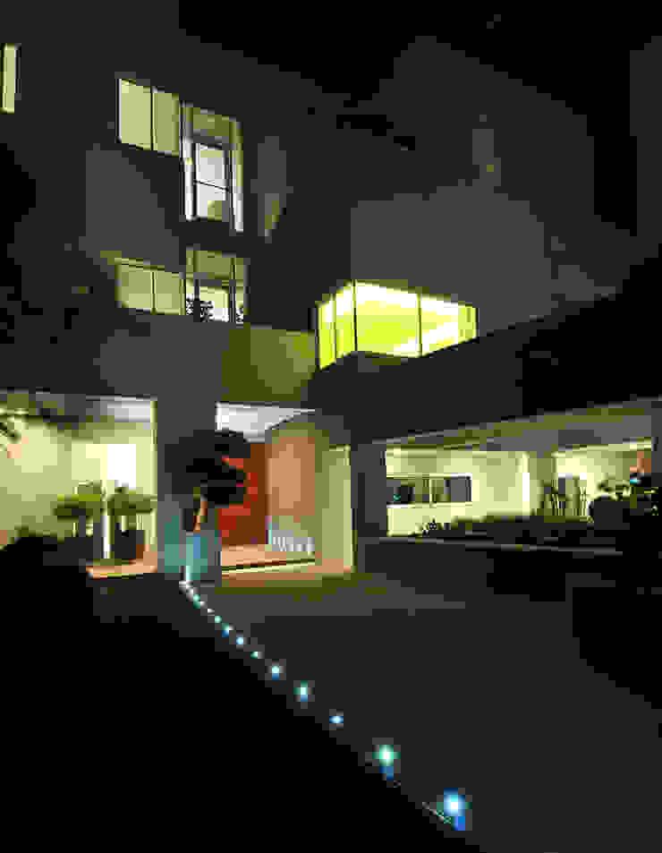 Corte di accesso alla Villa Case moderne di Lo Studio Mammini Candido Moderno