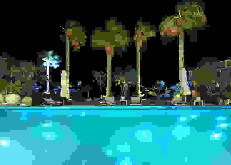 giardino notturno Piscina moderna di Lo Studio Mammini Candido Moderno