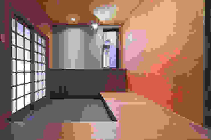 . 和風スタイルの 壁&フローリングデザイン の takayama 和風