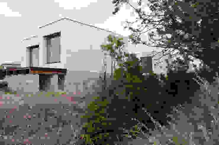 Vue en contrebas de la façade Ouest Maisons minimalistes par Frédéric Saint-cricq Architecte Minimaliste