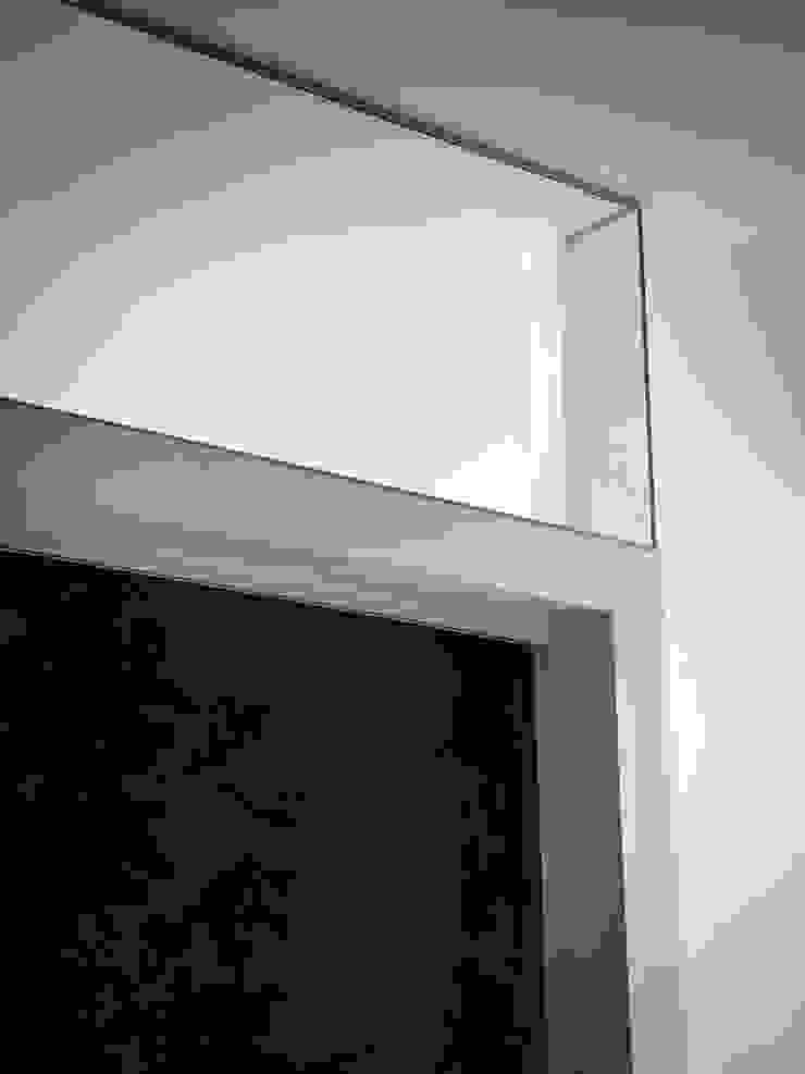 Particolare della vetrata della cucina Ingresso, Corridoio & Scale in stile minimalista di Studio 4e Minimalista