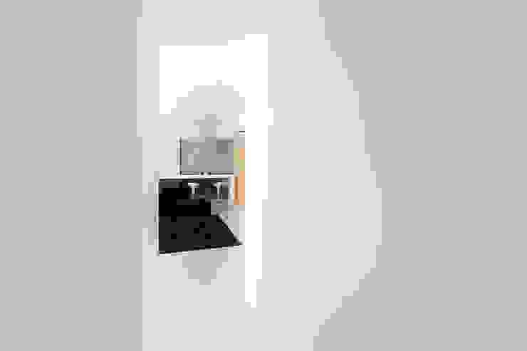 Scorcio del soggiorno dallo studio Ingresso, Corridoio & Scale in stile minimalista di Studio 4e Minimalista