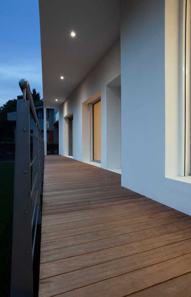 balcone ingresso di Marg Studio Minimalista