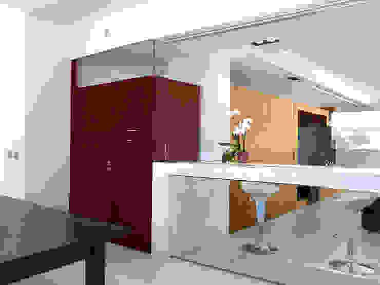 Vista del salone dalla cucina Ingresso, Corridoio & Scale in stile minimalista di Studio 4e Minimalista