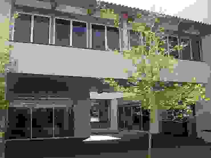 Casa en Villa Coral, 2003 Balcones y terrazas modernos de Taller Luis Esquinca Moderno
