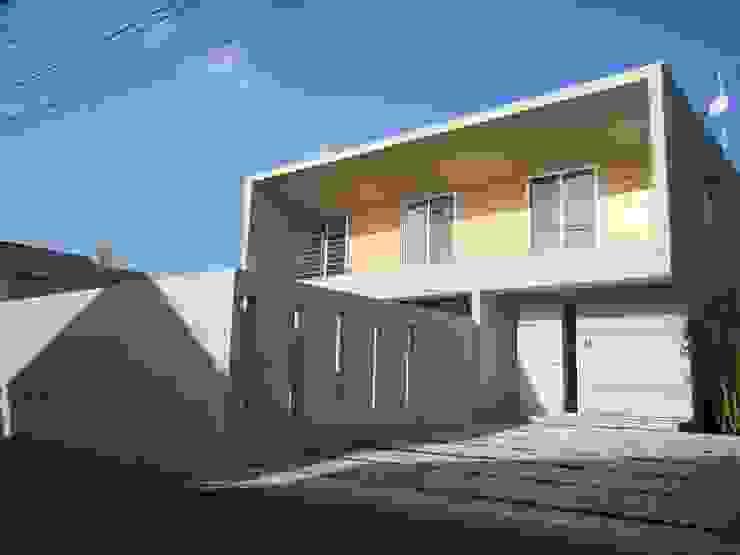 香澄の家 リビングと一体のライトコート オープンエアを満喫できる家 モダンな 家 の アトリエ24一級建築士事務所 モダン