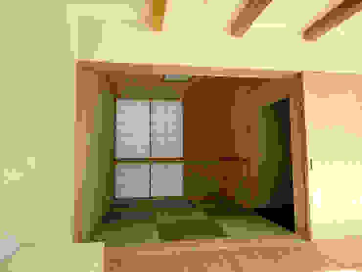 香澄の家 リビングと一体のライトコート オープンエアを満喫できる家 モダンデザインの リビング の アトリエ24一級建築士事務所 モダン