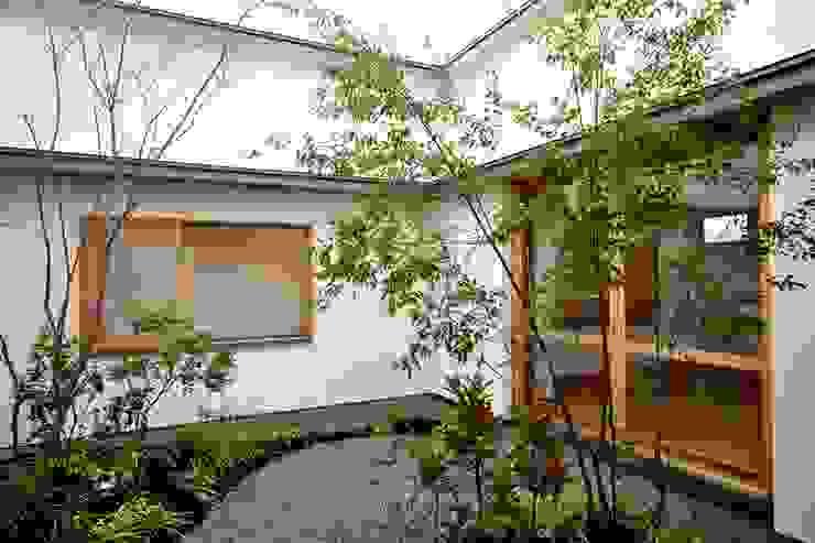 中庭: ツジデザイン一級建築士事務所が手掛けた庭です。,北欧