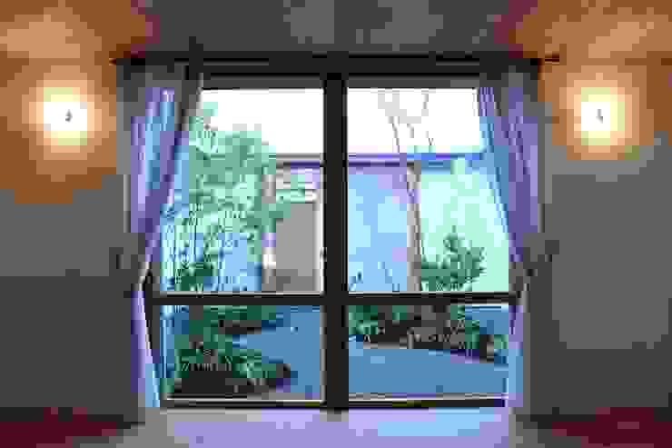 Skandynawskie okna i drzwi od ツジデザイン一級建築士事務所 Skandynawski