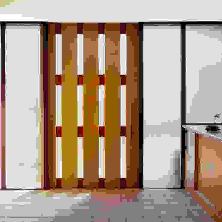 花壇の家 モダンスタイルの 玄関&廊下&階段 の ユミラ建築設計室 モダン
