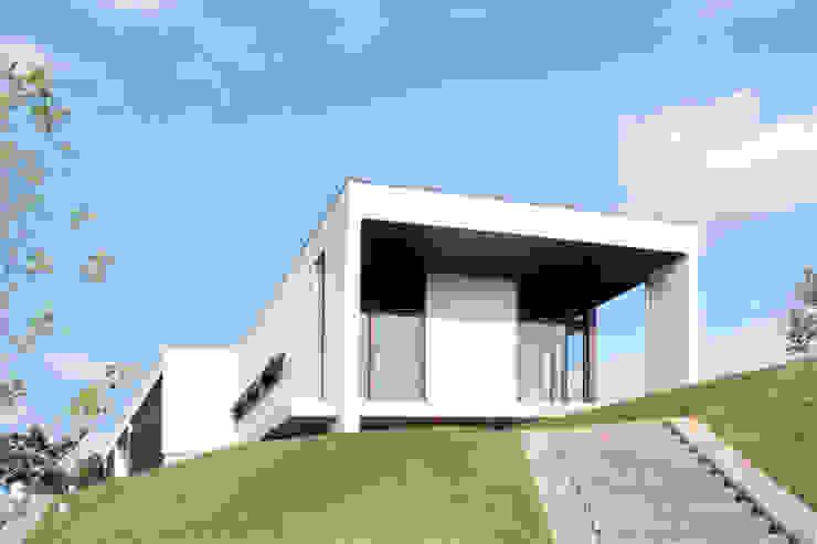 丘の上の二世帯住宅 モダンな 家 の 時空遊園 JIKOOYOOEN ARCHITCTS モダン