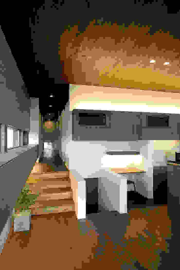 Pasillos, vestíbulos y escaleras modernos de 時空遊園 JIKOOYOOEN ARCHITCTS Moderno