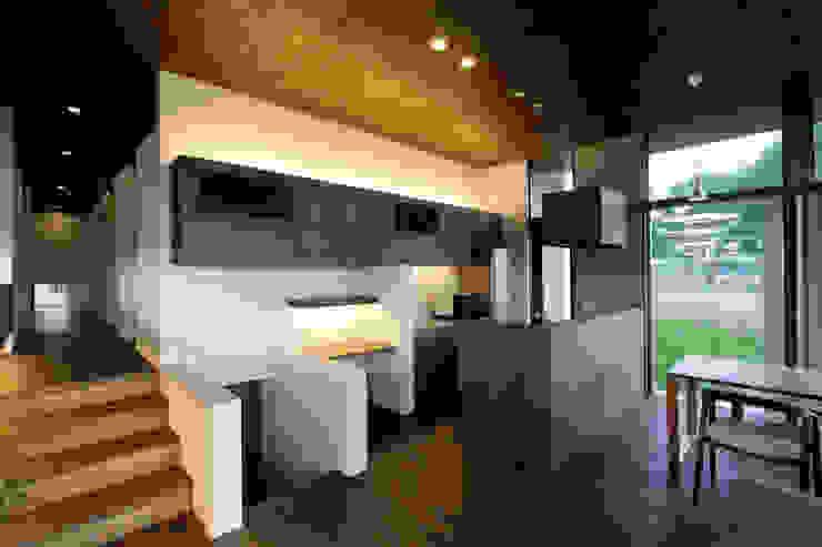 丘の上の二世帯住宅 モダンな キッチン の 時空遊園 JIKOOYOOEN ARCHITCTS モダン