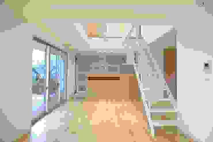Salas de estilo moderno de CAF垂井俊郎建築設計事務所 Moderno
