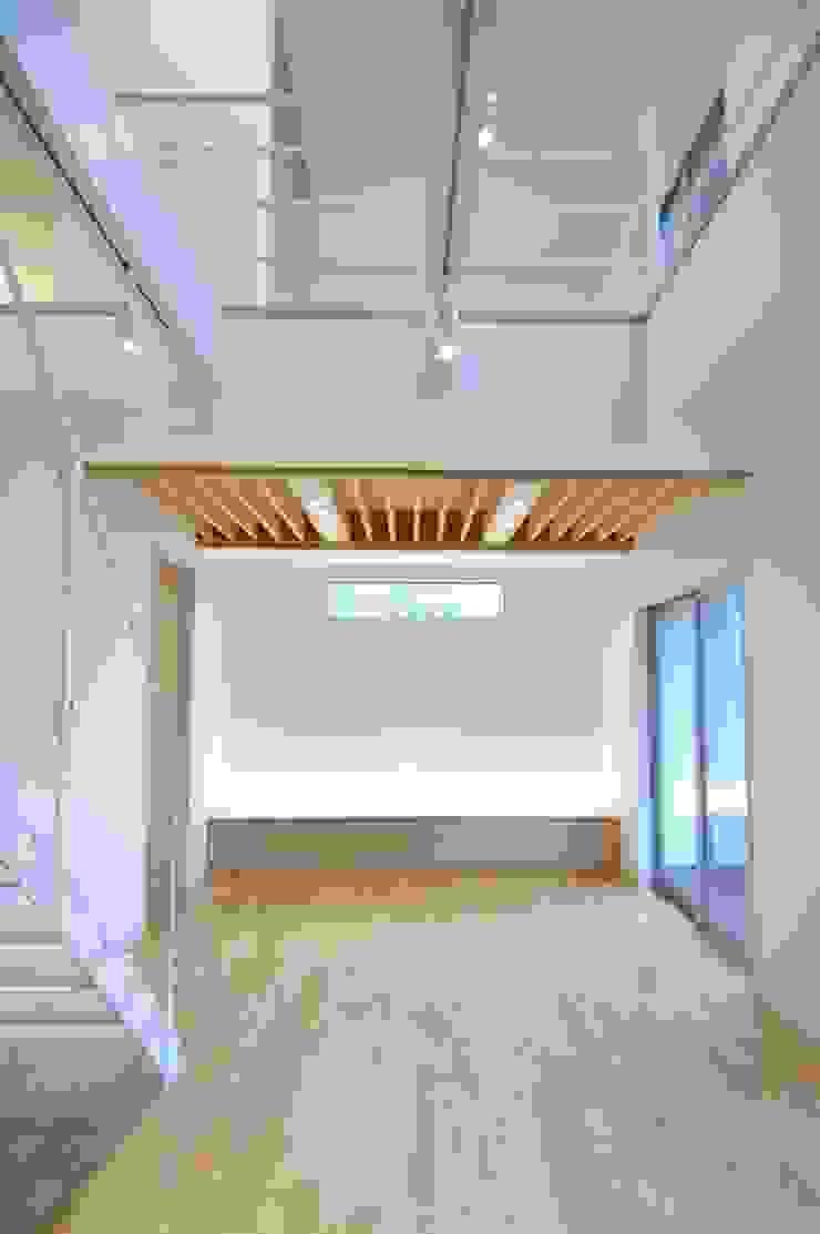 CAF垂井俊郎建築設計事務所 Soggiorno moderno