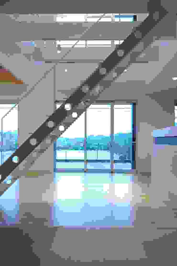 Pasillos, vestíbulos y escaleras de estilo moderno de CAF垂井俊郎建築設計事務所 Moderno