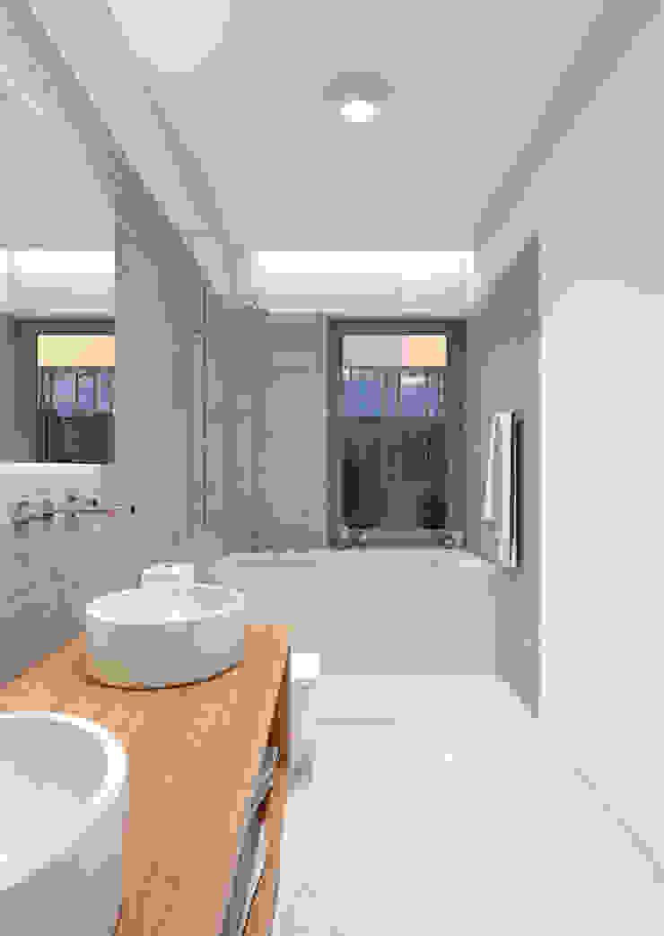 BAÑO PRINCIPAL Baños de estilo moderno de NUÑO ARQUITECTURA Moderno Cerámico