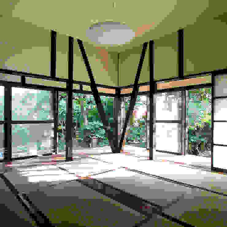 Salas de estilo moderno de ユミラ建築設計室 Moderno