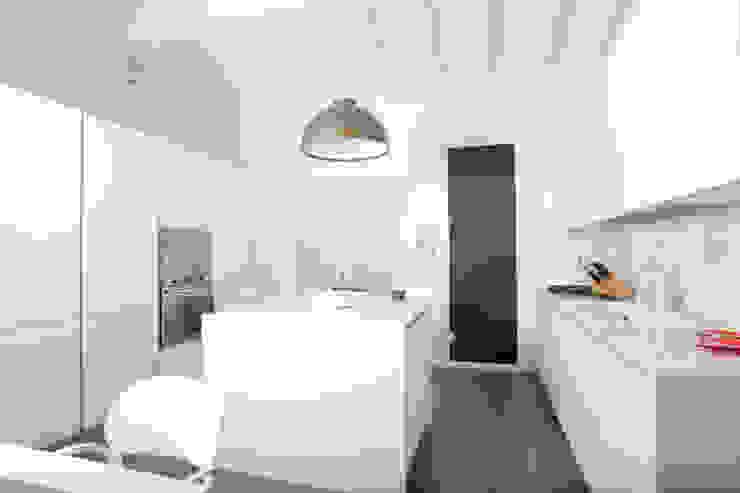 SAN ZENO (BS) Cucina moderna di HP Interior srl Moderno