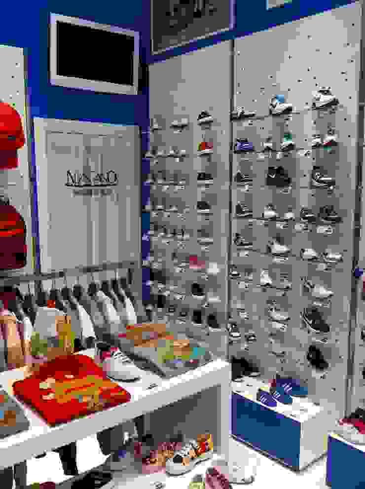 Negozio scarpe Sneackers Negozi & Locali commerciali in stile eclettico di Arch. Lacquaniti studium Eclettico