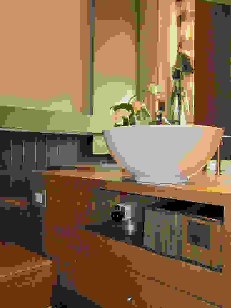 BAGNO PADRONALE Case moderne di M@G Architettura&Design Moderno