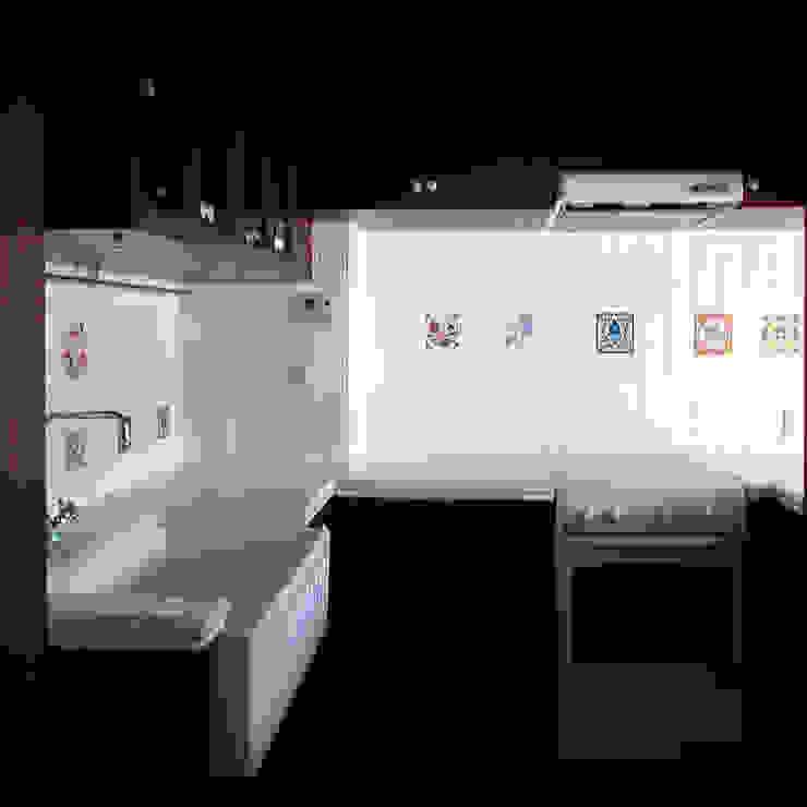 オーク材をつかってマンションリフォーム モダンな キッチン の ユミラ建築設計室 モダン