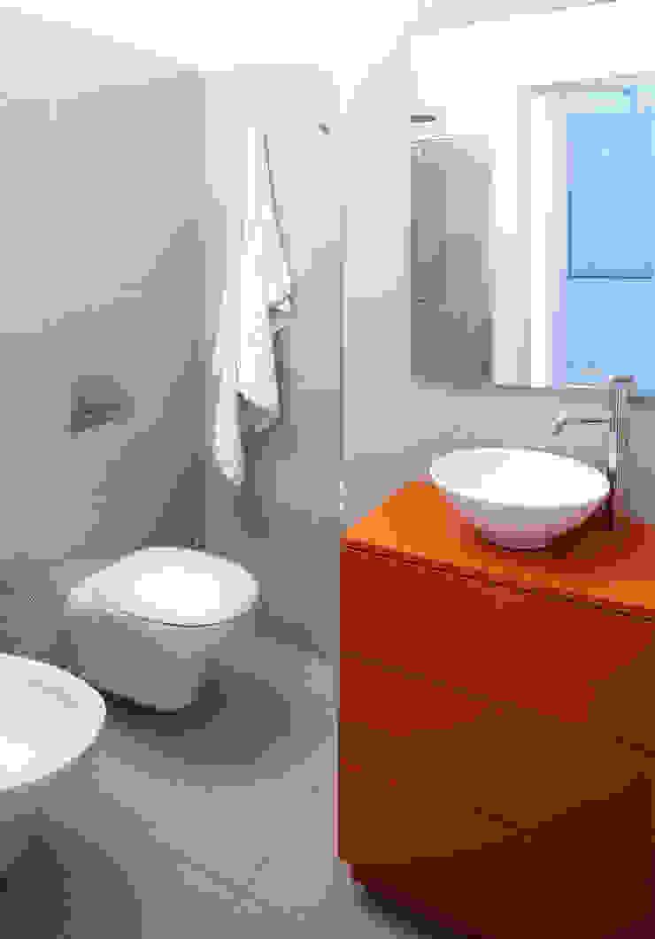 VIA CIPRO Bagno moderno di Flussocreativo Design Studio Moderno