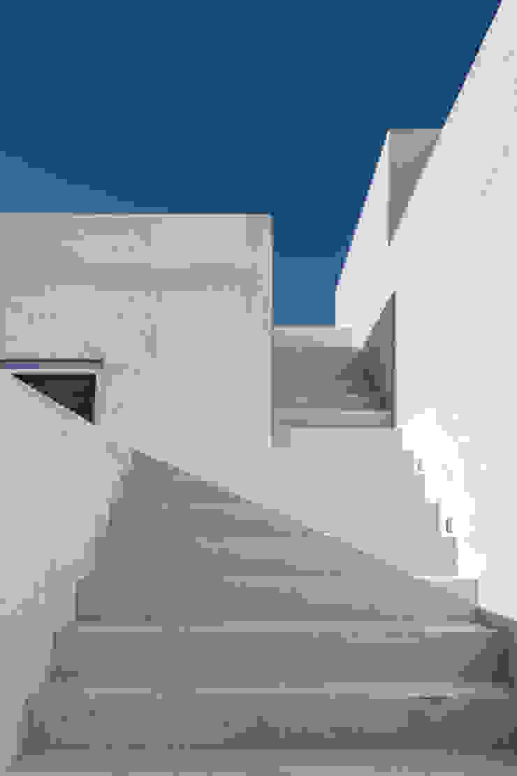 Minimalist balcony, veranda & terrace by Ambrosi I Etchegaray Minimalist