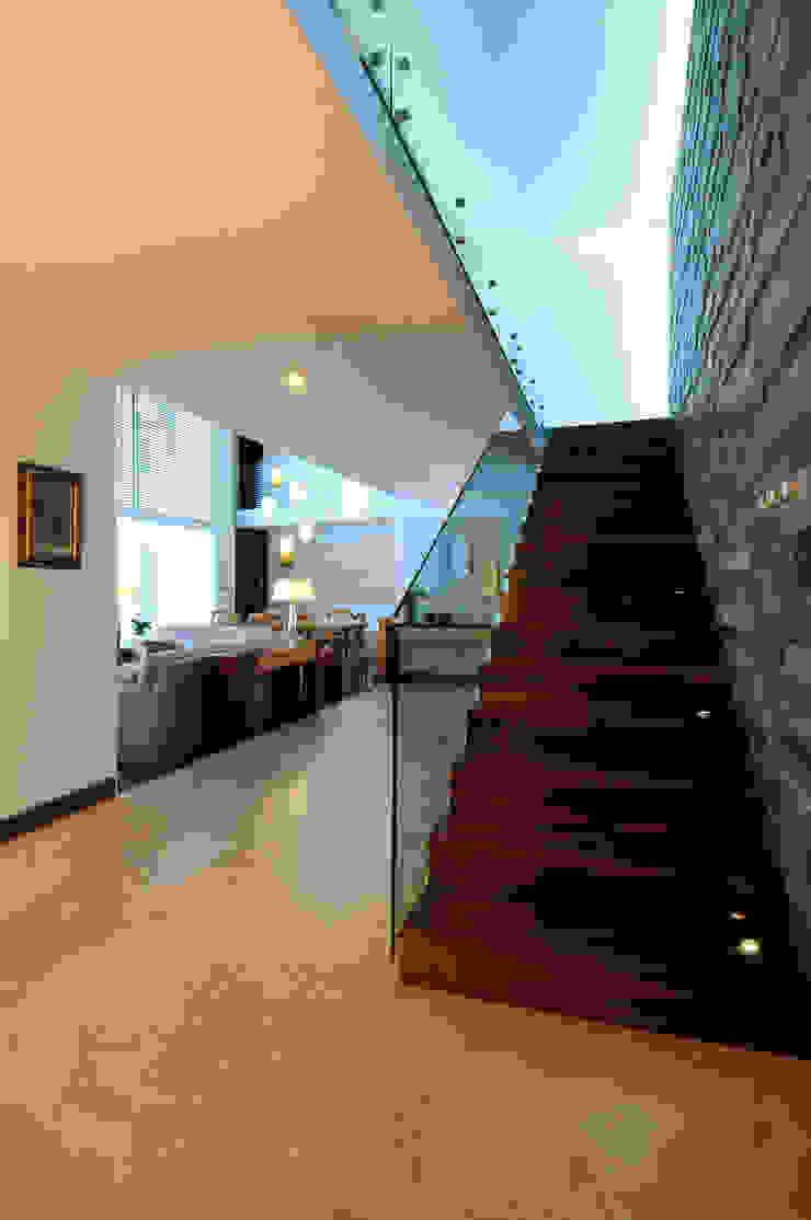Modern corridor, hallway & stairs by ze|arquitectura Modern
