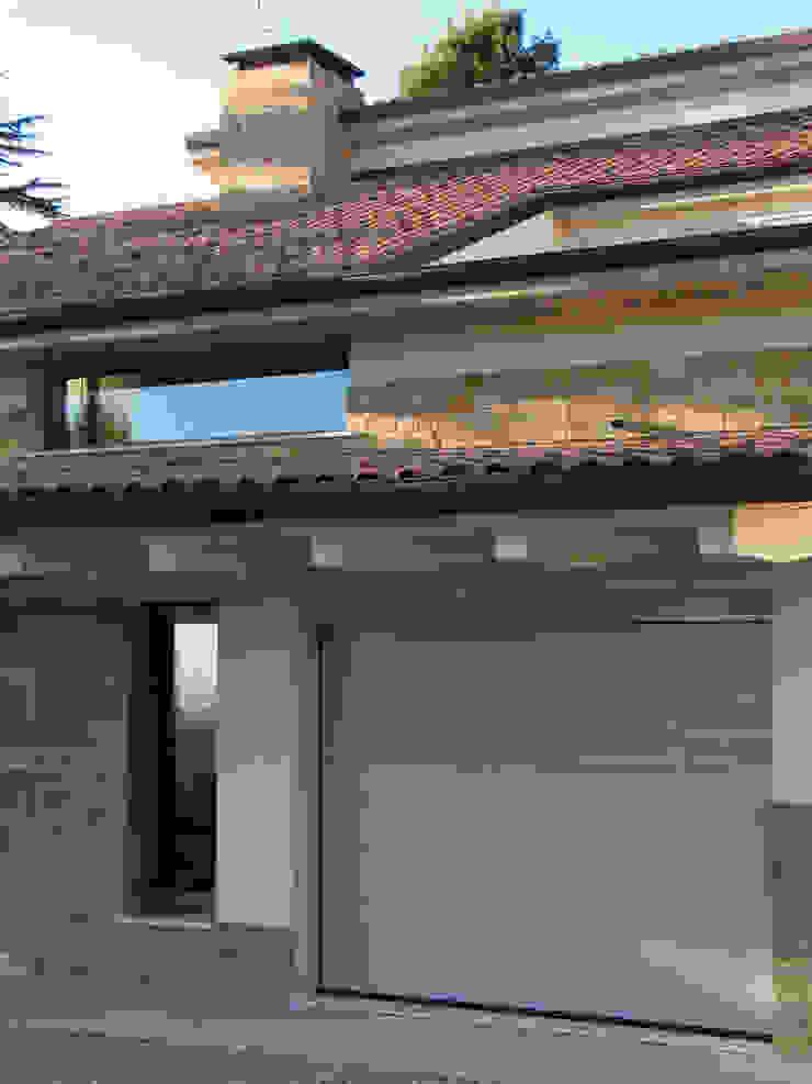 Casa Perlini Garage/Rimessa in stile moderno di matteo avaltroni Moderno