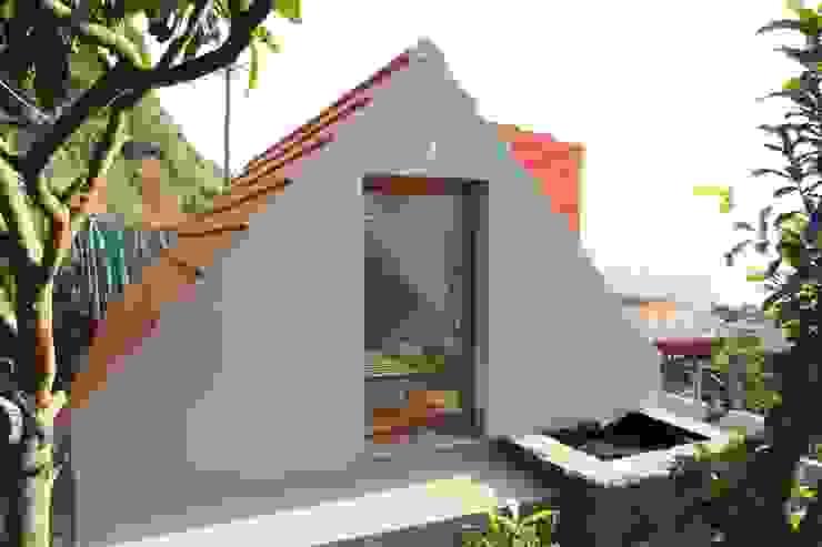 Stone Barn Conversion Jardim by Mayer & Selders Arquitectura Рустiк