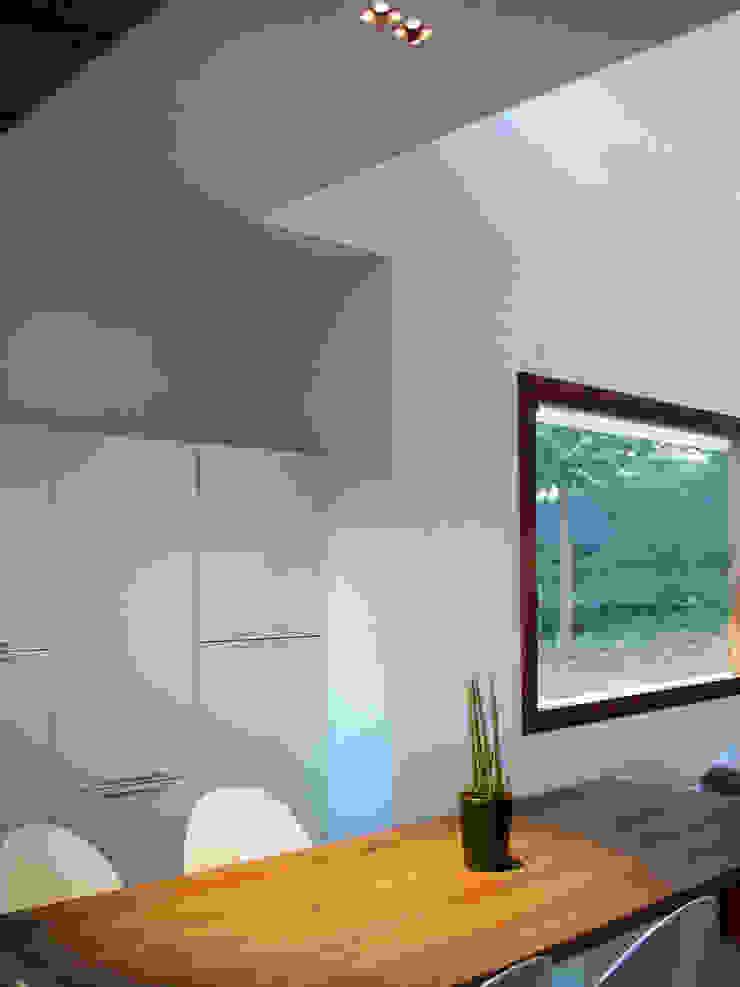 Casa Perlini Sala da pranzo moderna di matteo avaltroni Moderno