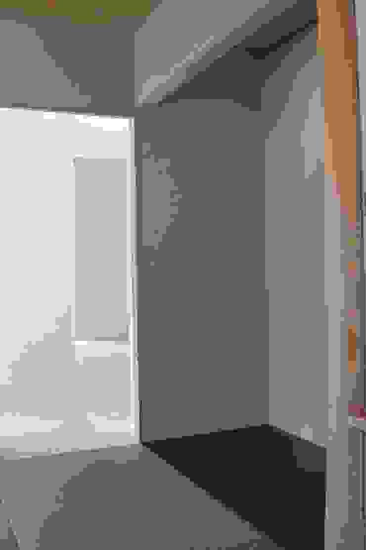 おゆみ野の家 屋上緑化や軒の深いテラス、吹抜けなど自然と家族をつなぐ温かみのある家 モダンデザインの 多目的室 の アトリエ24一級建築士事務所 モダン