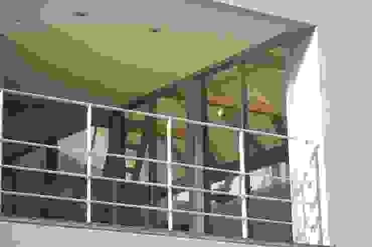 おゆみ野の家 屋上緑化や軒の深いテラス、吹抜けなど自然と家族をつなぐ温かみのある家 モダンデザインの テラス の アトリエ24一級建築士事務所 モダン