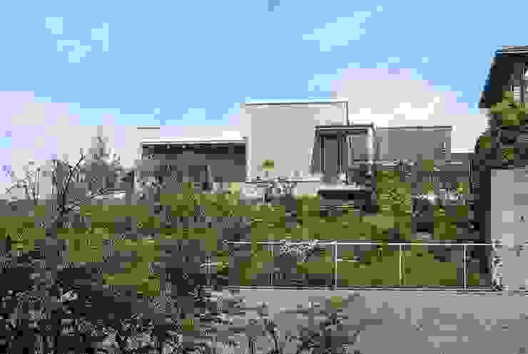 斜面を生かす モダンな 家 の タア設計 (TA Sekkei) モダン