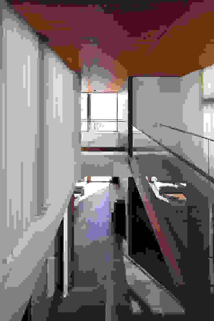 或る住宅地のヴィラ モダンスタイルの 玄関&廊下&階段 の MooS/ムース モダン