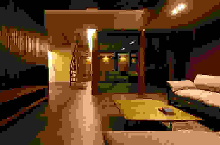 或る住宅地のヴィラ モダンデザインの リビング の MooS/ムース モダン
