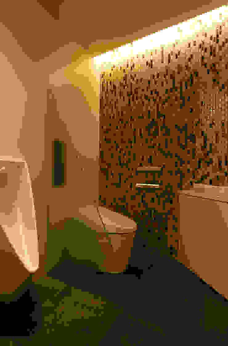 或る住宅地のヴィラ モダンスタイルの お風呂 の MooS/ムース モダン