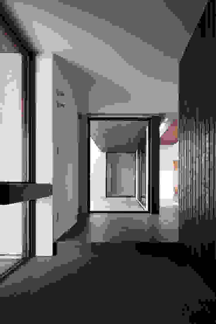 或る住宅地のヴィラ モダンな 壁&床 の MooS/ムース モダン
