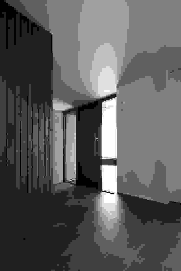 或る住宅地のヴィラ モダンな 窓&ドア の MooS/ムース モダン