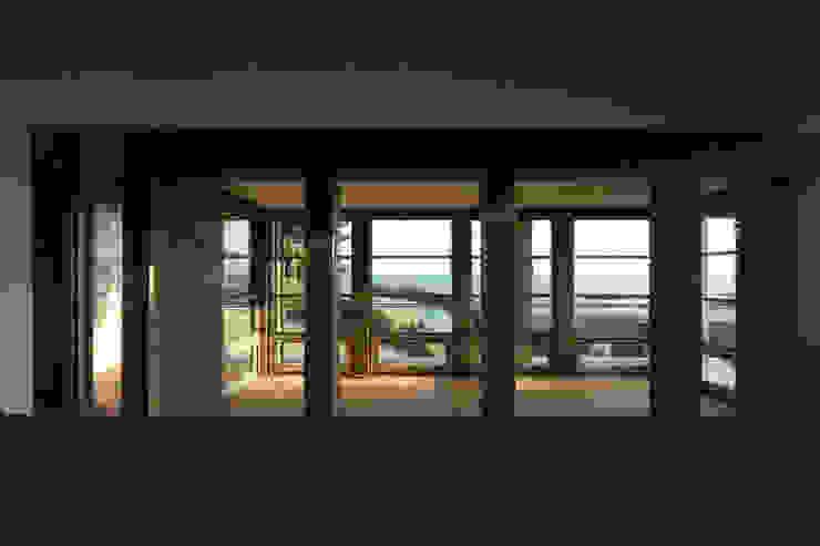 무회건축연구소 Modern balcony, veranda & terrace