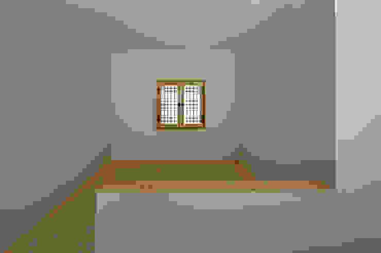 ห้องโถงทางเดินและบันไดสมัยใหม่ โดย 무회건축연구소 โมเดิร์น