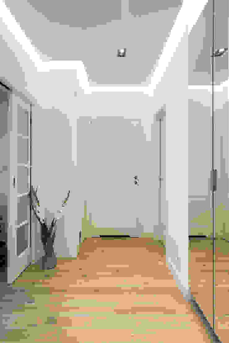 .nowoczesne kobiece mieszkanie w Warszawie Nowoczesny korytarz, przedpokój i schody od Art of home Nowoczesny