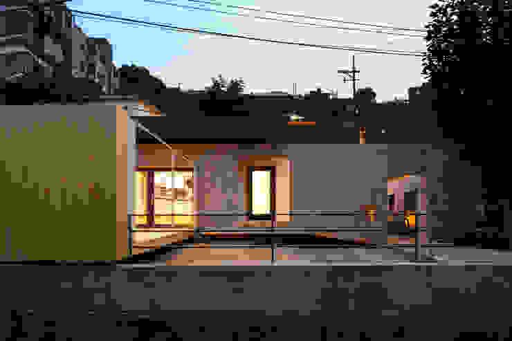 Casas modernas: Ideas, imágenes y decoración de 무회건축연구소 Moderno