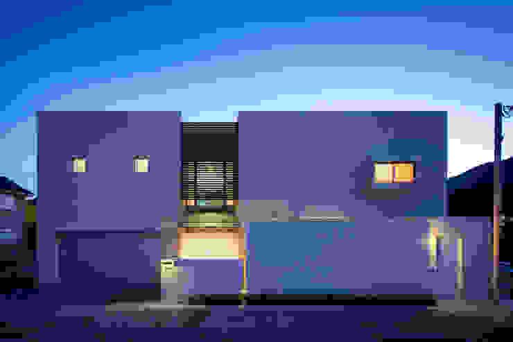 正面夜景: 株式会社 U建築研究所が手掛けた家です。,モダン