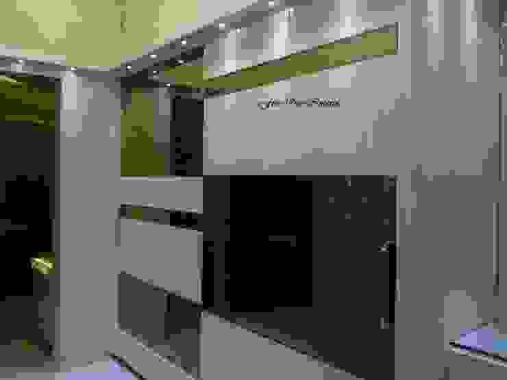 Walk-in Closet Modern dressing room by Five One Interio Modern