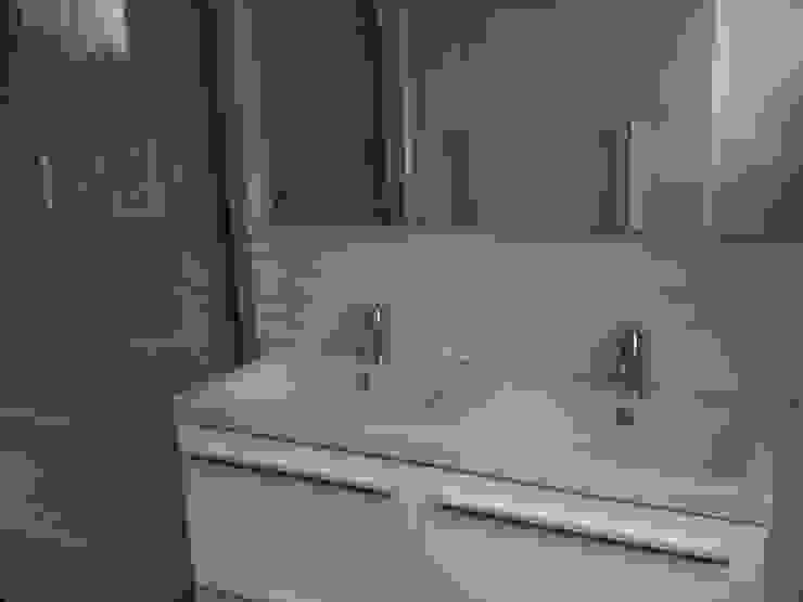 Ванная комната в . Автор –  Elodie ROBOT Architecte d'intérieur,