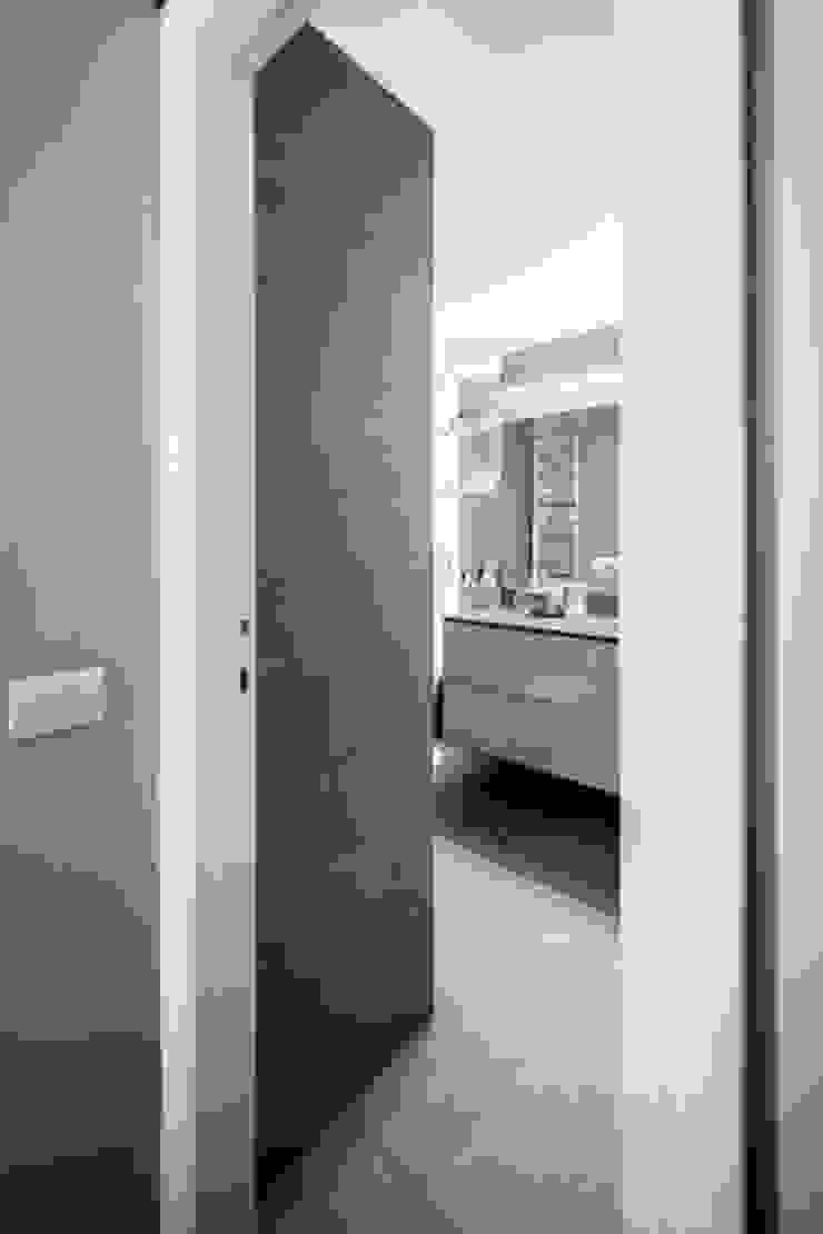 light grey Bagno minimalista di 23bassi studio di architettura Minimalista
