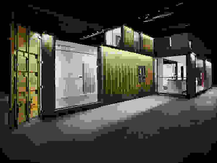 Green Frame House Case in stile minimalista di AstoriDePonti Associati Minimalista