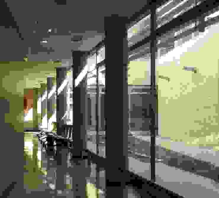 Iluminación natural de espacios internos de circulación de Argola Arquitectos Moderno